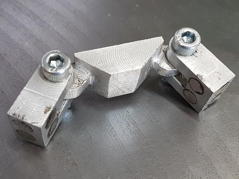Pour maintenir ces bouchons, j'ai fabriqué pour l'occasion un petit outil dans lequel j'ai collé quelques aimants.
