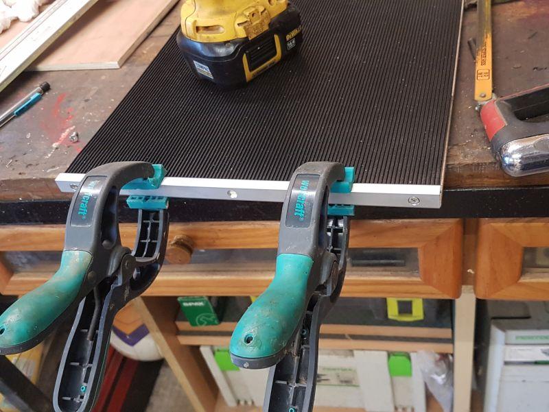 aaaPour les étagères inférieures, j'ai utilisé de la petite cornière alu pour caler le tapis caoutchouc