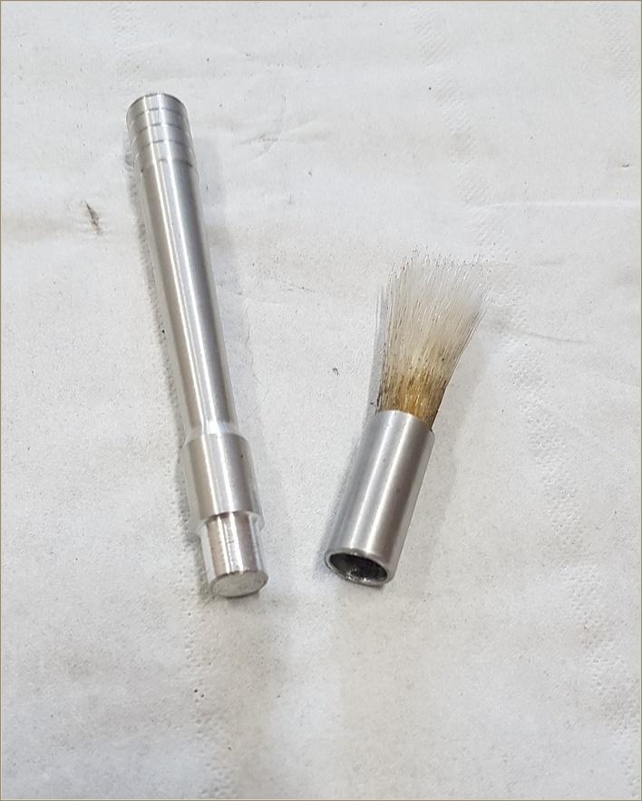 Les deux pièces réalisées. La touffe de poils est collée dans le tube à l'époxy.